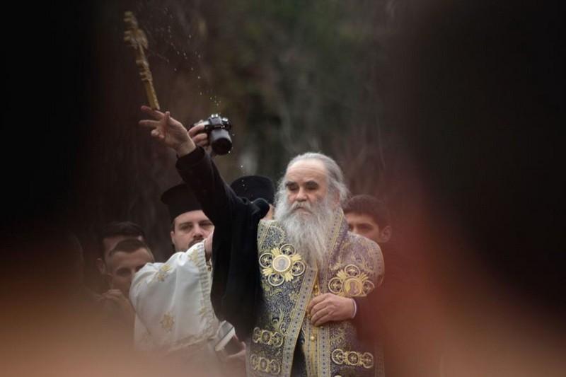 """Malo je ljudi u Crnoj Gori, a nije pretjerano reći i šire, koji izazivaju toliko kontroverzi kao nominalno mitropolit """"Crnogorsko – primorske"""" mitropolije na Cetinju, Amfilohije Radović."""