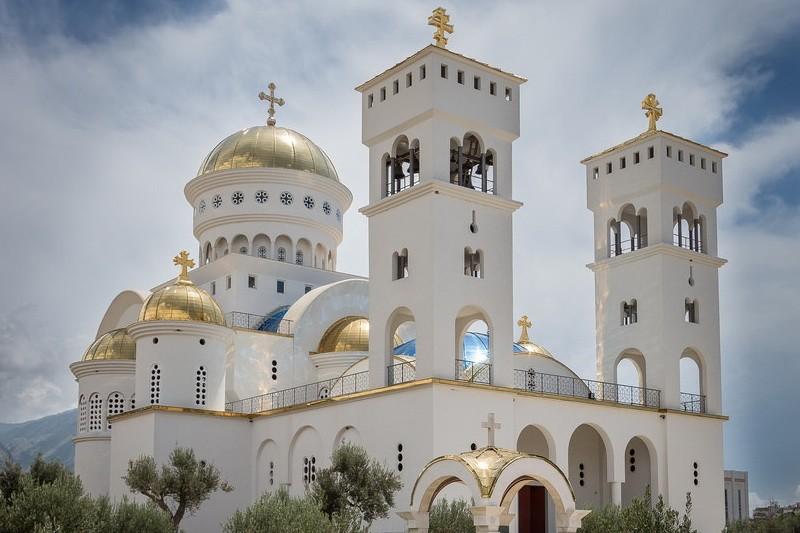 Uglavnom novcem od prihoda od sakarlne imovine sa teritorije Crne Gore, Amfilohije Radović i eparhija SPC u Crnoj Gori izgradili su veliki broj crkvenih zdanja koja su sva izgrađena suprotno tradiciji gradnje sakralnih objekata u Crnoj Gori.