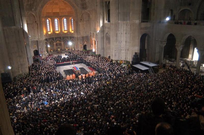 Na sahrani ubijenog srpskog premijera Zorana Đinđića Amfilohije održao je nenajavljeni govor nad odrom, uprkos izričitoj želji premijerove porodice da se nikakvi govori ne drže, iskoristivši priliku da seiri nad ubijenim premijerom s kojim nije dijelio iste političke poglede.