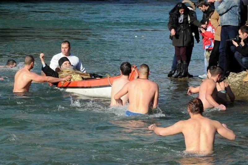 Fotografija mitropolita, koji u ležećem položaju bodri oko 50-ak mladića i djevojaka koji su plivali za časni krst 2016. godine u Podgorici, brzo su obišle društvene mreže i naišle na regionalni podsmeh.