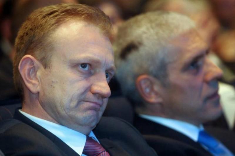 Iako se javno hvali kako je dva puta na izborima pobedio Aleksandra Vučića, činjenice govore da se Dragan Đilas nijednom na tim izborima nije pojavio pod svojim imenom već iza liste koju je predvodio Boris Tadić