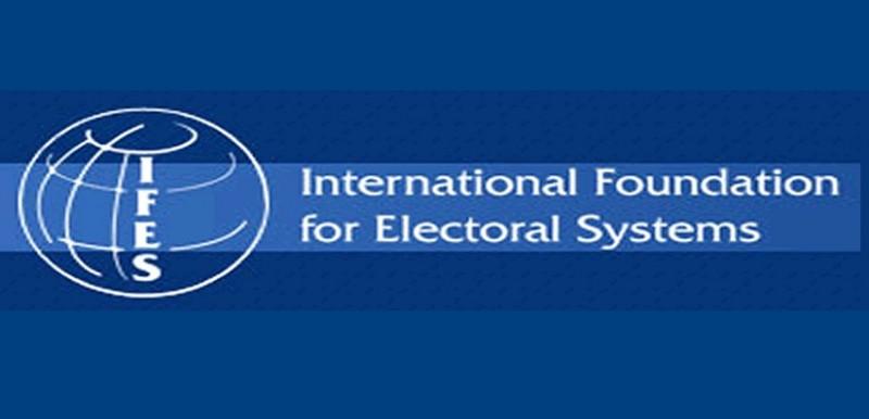 Krajem 90-ih Daliborka Uljarević se povezuje sa američkim Međunarodnim republikanskim institutom (IRI), ali i sa Tomom Parkinsom iz Međunarodne fondacije za izborne sisteme (IFES), moćne organizacije koja je tokom 1997. godine otvorila svoju kancelariju u Podgorici