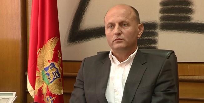 Velimir Rakočević, ugledni profesor kriminologije, dekan Pravnog fakulteta u Podgorici, jedan je od prvih koji se našao na meti Daliborke Uljarević i njenog lova na veštice i, kako se ispostavilo, demone iz sopstvene prošlosti