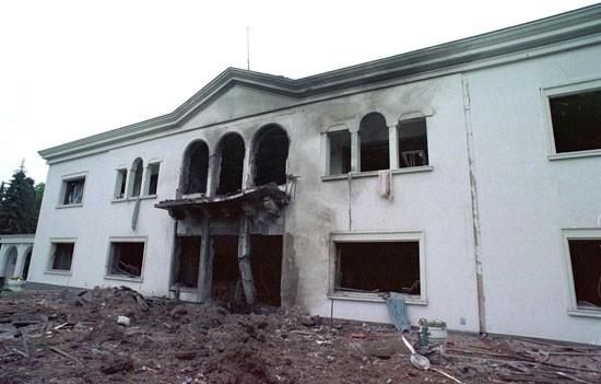 Dva dana pre bombardovanja zgrade RTS-a, 22. aprila, pogođena je rezidencija Slobodana Miloševića na Dedinju, u Užičkoj 15, ali su stvari (i stanari) ovog puta bili na vreme sklonjeni