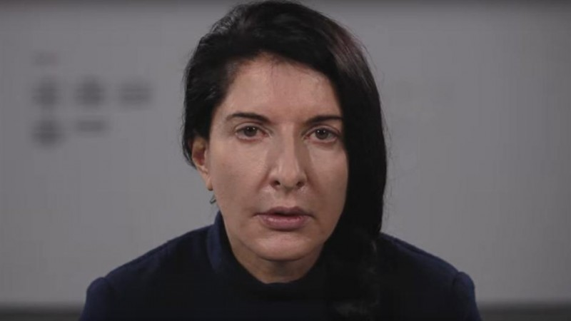 Marina se ovog meseca vraća u Beograd, nakon 45 godina izgnanstva, kao na dugogodišnju kaznu osuđeni jeretik koji je najzad doživeo da bude uzdignut u neprikosnoven status božanstva