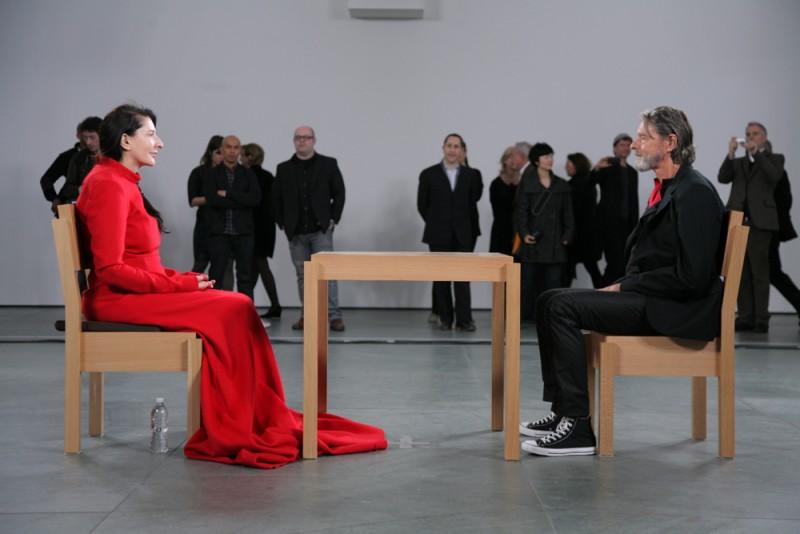 """Tokom čuvenog performansa """"The Artist is Present"""" u njujorškom Muzeju moderne umetnosti, gde je Marina Abramović satima sedela, oči u oči, naspram gostiju iz publike, danima stolica naspram nje nijednog trena nije zvrjala prazna"""